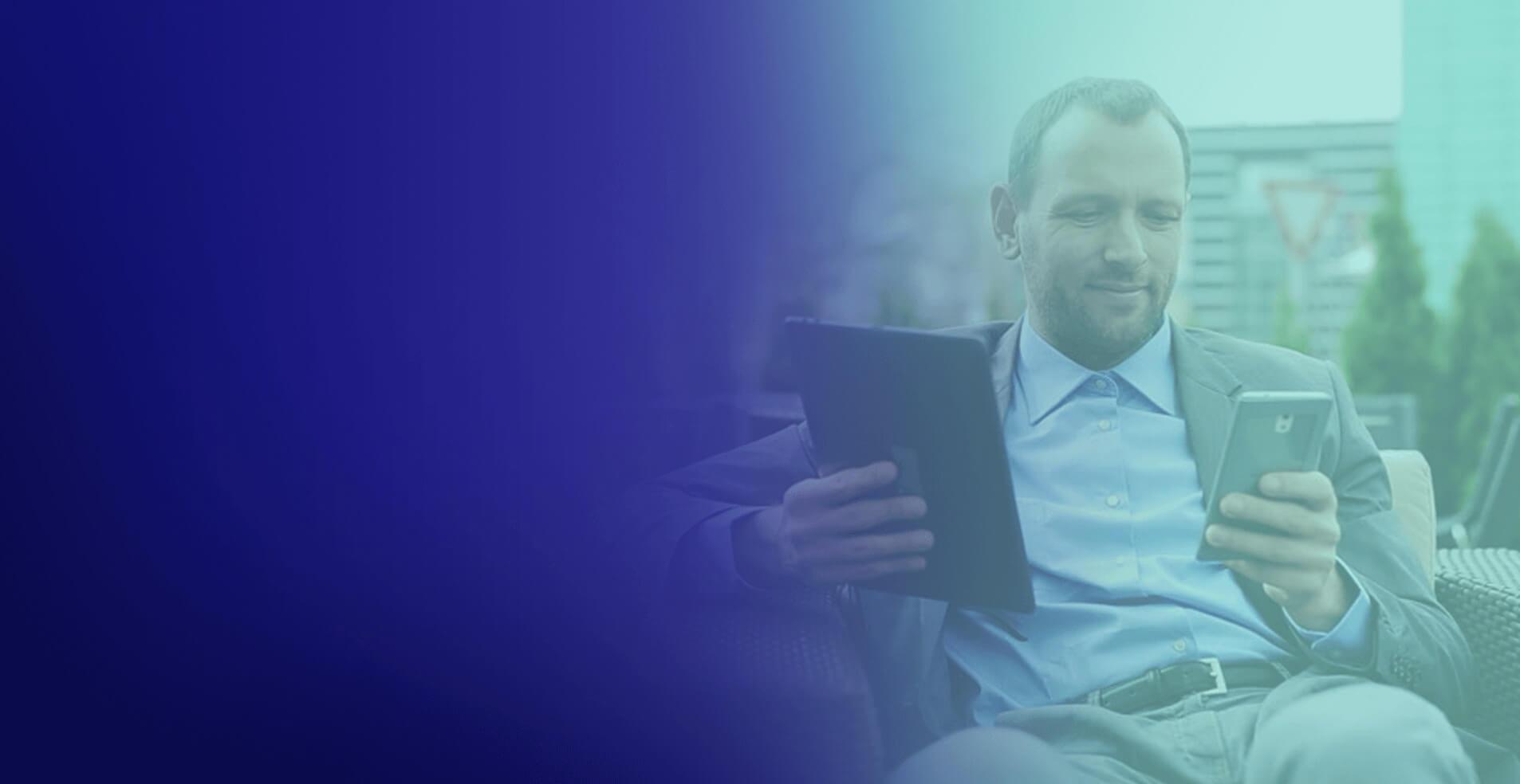 homem com tablet e celular